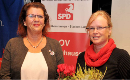 Petra Roselius gratuliert Anke Fahrenholz zur ihrer Wahl
