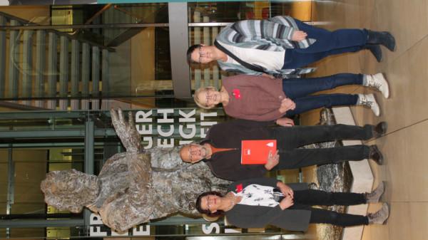 Die Reisgruppe aus Thedinghausen: Petra Roselius, Wilfried Wessel, Marina Behlmer und Sandra Seefeld im Willi-Brandt-Haus