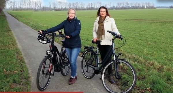 Anke Fahrenholz und Petra Roselius bei einer Radweg-Besichtigungstour
