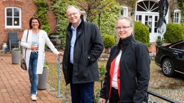 Der NDS-MP Stephan Weil zu Besuch in Lunsen auf dem Hof Peters